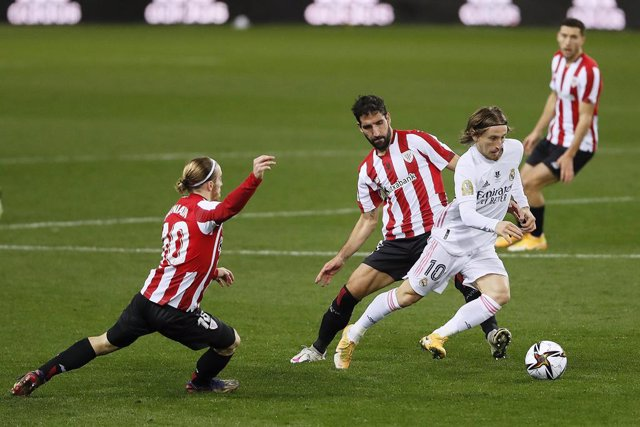 Archivo - 15 January 2021, Spain, Malaga: Real Madrid's Luka Modric (R) and Athletic Club's Raul Garcia battle for the ball during the Spanish Super Cup semifinal soccer match between Real Madrid and Athletic Club de Bilbao at La Rosaleda Stadium. Photo: