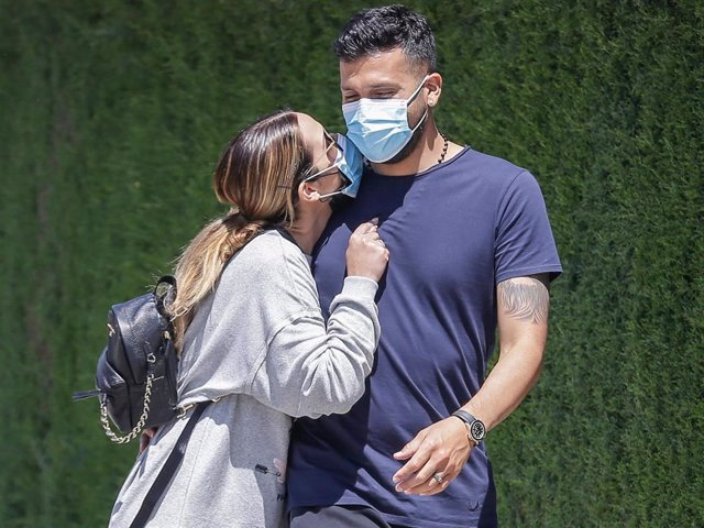 Tamara Gorro y su marido Ezequiel Garay por la calle