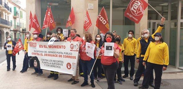 Protesta de trabajadores de Correos en Manacor.