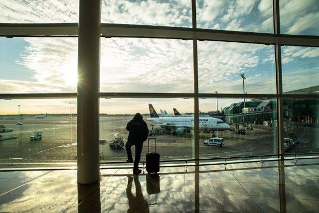 Archivo - Viajero con maleta en aeropuerto.