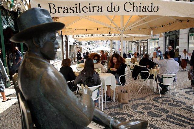 Escultura del escritor portugués Fernando Pessoa en el centro de Lisboa.