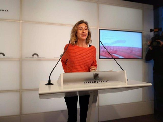 La diputada de la CUP al Parlament Laia Estrada en roda de premsa al Parlament.