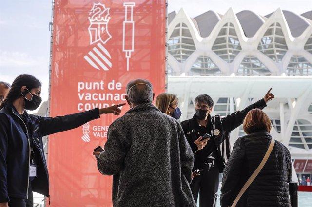 Diverses persones arriben per a ser vacunats en la Ciutat de Les Arts i els Ciències de València (arxiu).