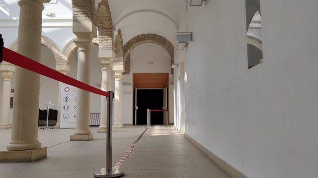 Archivo - Acceso delimitado al plenario del Palacio de Congresos.