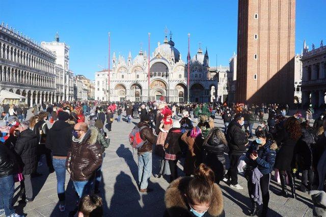 Turistas y residentes en la Plaza San Marcos de Venecia