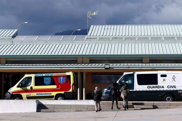 Archivo - Una ambulancia espera fuera en la entrada de acceso de la cárcel de Soto del Real (Madrid).