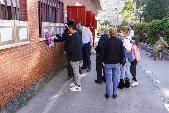 Votants esperen una cua a les portes del Col·legi Rosalía de Castro, a 4 de maig de 2021, a Móstoles, Madrid (Espanya).