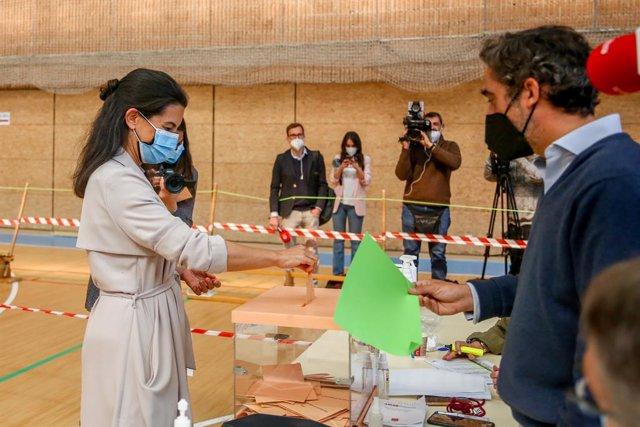 La candidata de Vox a la Presidència de la Comunitat de Madrid, Rocío Monestir, exerceix el seu dret a vot en el Col·legi Sant Agustín.