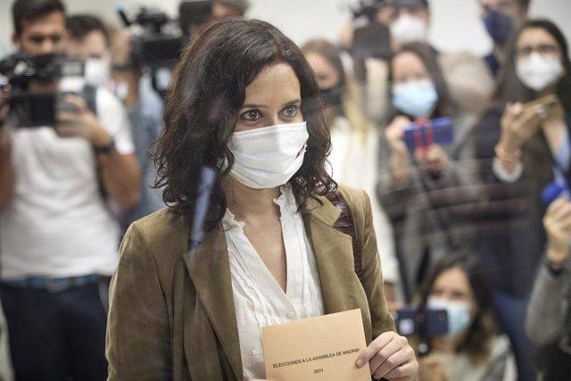 La presidenta de la Comunitat de Madrid i candidata a la reelecció pel PP, Isabel Díaz Ayuso saluda exerceix el seu dret a vot en el Col·legi La Inmaculada-Marillac, a 4 de maig de 2021, a Madrid (Espanya).