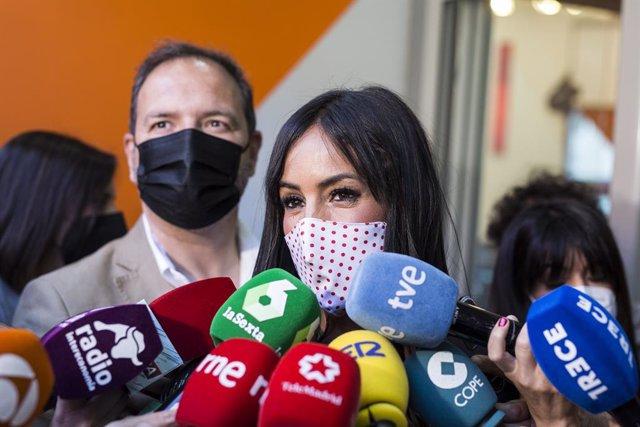 La vicealcaldesa de Madrid, Begoña Villacís, respon els mitjans a la seva arribada a la seu del partit minuts abans del començament de les votacions de la jornada electoral