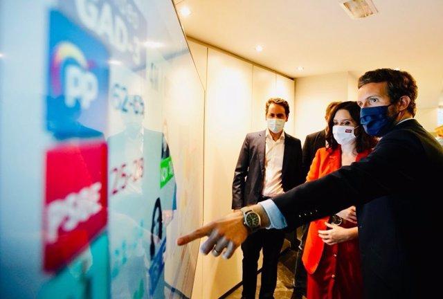 El líder del PP, Pablo Casado, y la presidenta de la Comunidad de Madrid, Isabel Díaz Ayuso, siguen los datos del recuento en la sede del PP, en la calle Génova.  En Madrid, a 4 de mayo de 2021.