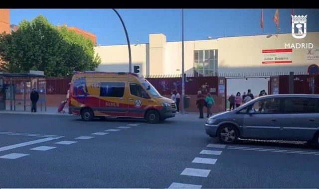 Una ambulancia del Samur-Protección Civil en la puerta de un colegio electoral