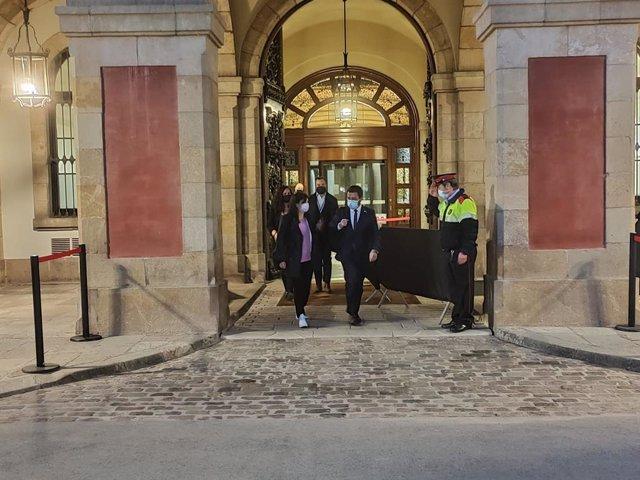 La secretària general adjunta i portaveu d'ERC, Marta Vilalta, i el vicepresident de la Generalitat en funcions, Pere Aragonès, sortint del Parlament després d'una reunió de negociacions amb Junts.