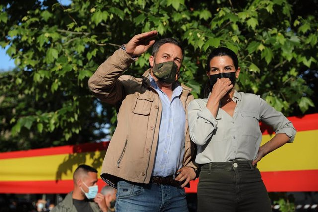 El líder de la formación, Santiago Abascal y la candidata de Vox a la Presidencia de la Comunidad de Madrid, Rocío Monasterio
