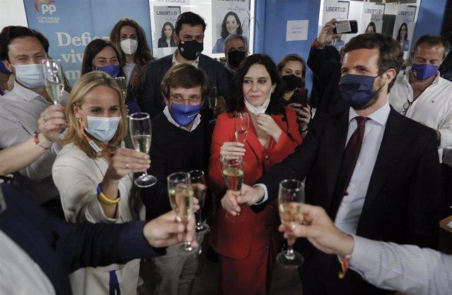 (I-D) El alcalde de Marid, José Luis Martínez-Almeida; la presidenta de la Comunidad de Madrid y candidata a la reelección por el PP, Isabel Díaz Ayuso; y el líder del PP, Pablo Casado, brindan para celebrar los resultados