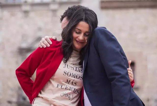 Inés Arrimadas unida en un abrazo con Edmundo Bal