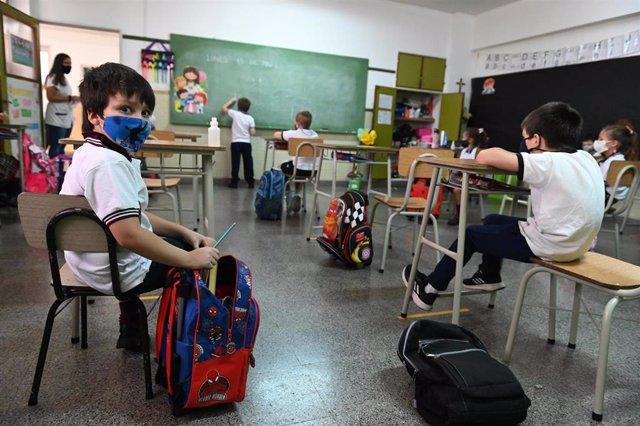 Archivo - Clases prensenciales en Argentina en medio de la crisis sanitaria de la COVID-19