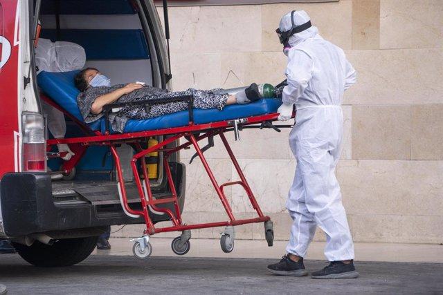 Archivo - Una persona es ingresada en el hospital en Colombia en enero de 2021 cuando la capacidad de los centros sanitarios estaba en máximos.