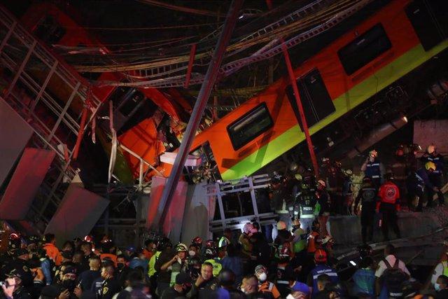 Rescatistas y paramédicos actúan en el accidente del metro de Ciudad de México.