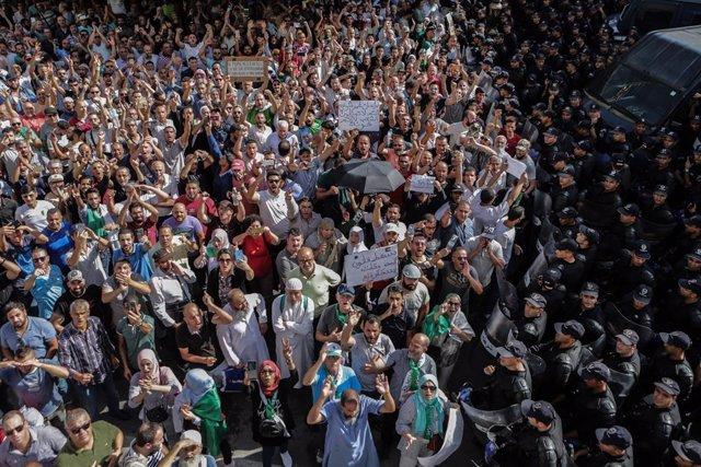 Archivo - Manifestación contra el Gobierno de Argelia en la capital, Argel