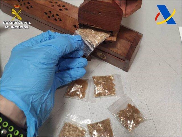 La Guardia Civil intercepta un paquete que contenía una droga conocida como molécula de Dios