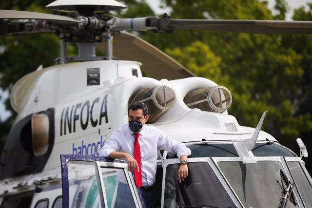 El presidente de la Junta, Juanma Moreno, enla  presentación del nuevo equipamiento del Infoca.