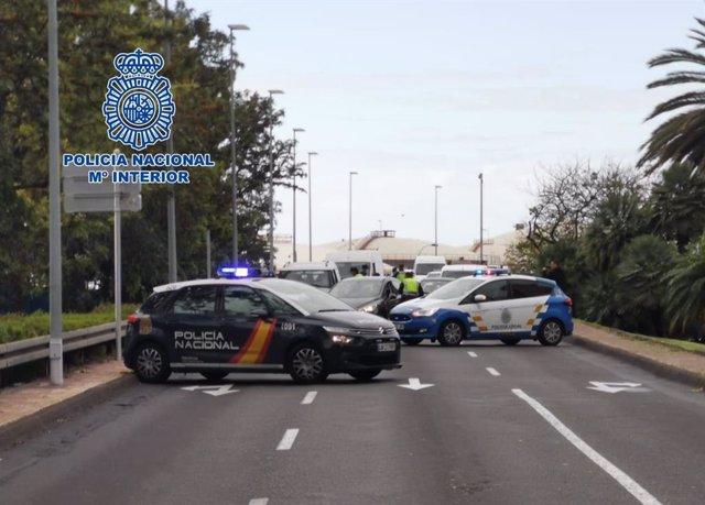 Archivo - Control de la Policía Nacional y de la Policía Local a la entrada de Santa Cruz de Tenerife por la piscina municipal