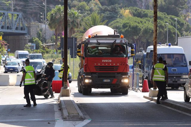 Archivo - 03 June 2020, France, Menton: A construction vehicle drives to the French-Italian border. Italy and France continued to ease their restrictions during the Corona pandemic and opened their borders. Photo: Valery Hache/AFP/dpa