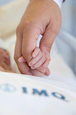 Archivo - Bebé, recién nacido. Matrona.