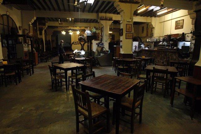 Interior de un bar vacío