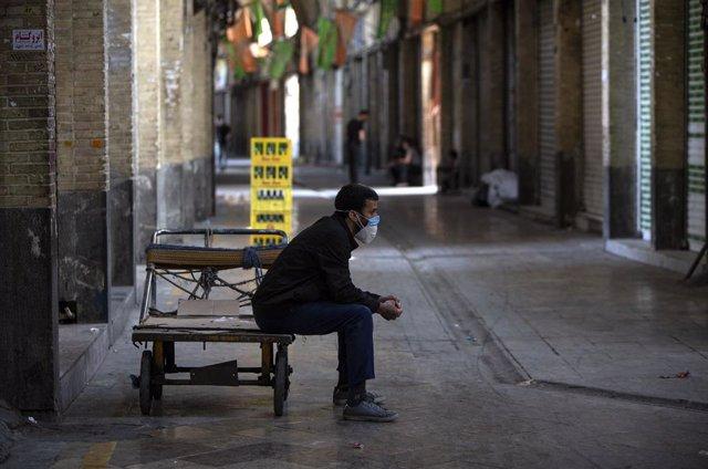 Un trabajador en el Gran Bazar de la capital de Irán, Teherán, durante la pandemia de coronavirus