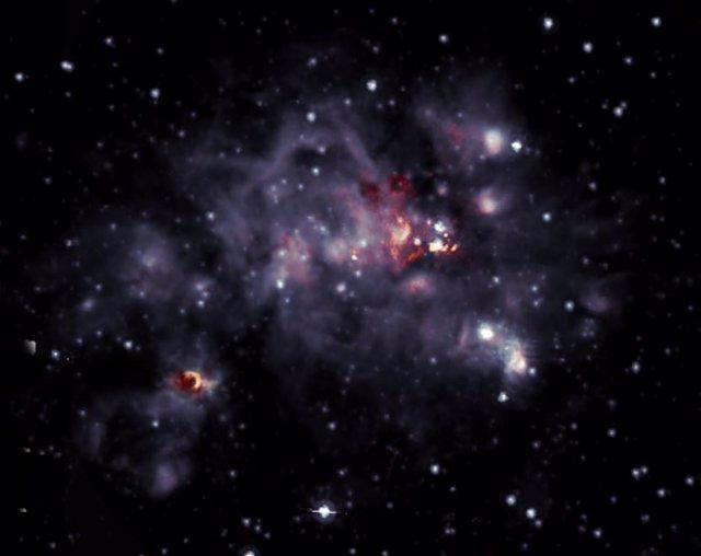 Superposición de radio-infrarrojos de la nube molecular W49A.