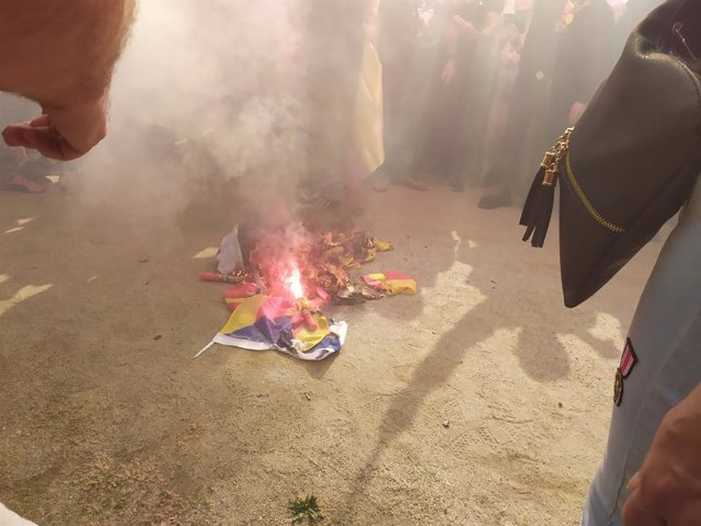 Archivo - Arxiu - Cremen una bandera independentista durant una manifestació de Democràcia Nacional i la Falangeel el 12-O.