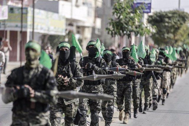 Archivo - Miembros de las Brigadas de Ezeldín al Qassam, brazo armado del Movimiento de Ressistencia Islámica (Hamás), durante un desfile en la Franja de Gaza