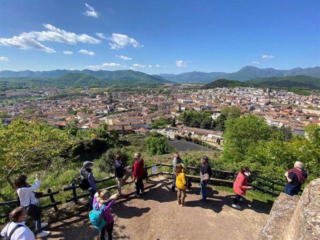 Vista de la ciudad de Olot, en la provincia de Girona, donde este miércoles 5 de mayo se han presentado los Festivales de Senderismo de los Pirineos.