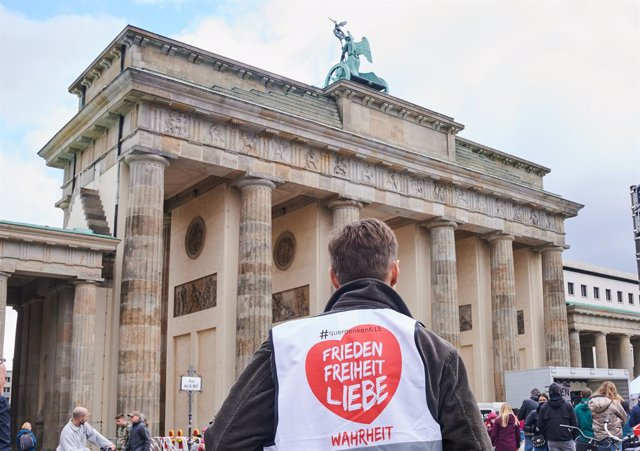 """Archivo - 11 October 2020, Berlin: """"Lateral Thinking 615 - Peace-freedom-love-truth"""" is written on ademonstrator's vest during a demonstartion in front of Brandenburg gate, against the Coronavirus measures by the 'Lateral Thinking' movement. Photo: Annet"""