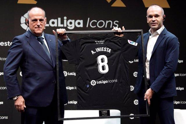 Archivo - Javier Tebas presenta a Andrés Iniesta como LaLiga Icon