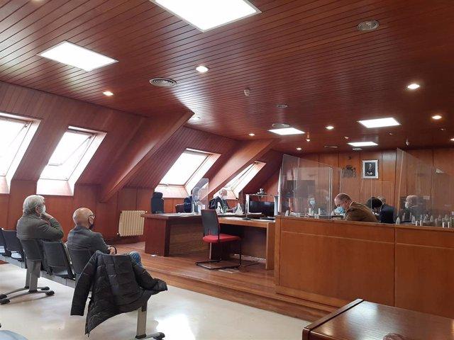 El exalcalde de Noja Jesús Díaz en el juicio contra él por el caso 'Nocanor' junto al también imputado secretario municipal del Ayuntamiento