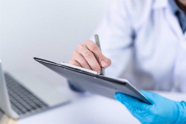 Archivo - Sanitario, médico, atención, paciente, sanidad
