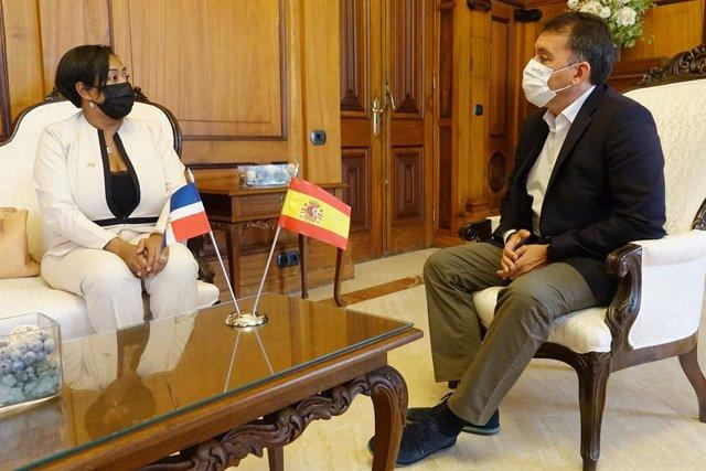 El alcalde de Santa Cruz de Tenerife, José Manuel Bermúdez, ha recibido la visita oficial de Katia Castillo, nueva cónsul de la República Dominicana en las Islas Canarias