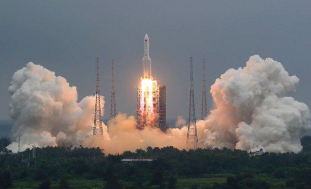 Cohete Larga Marcha 5B que puso en órbita el módulo central de la estación espacial china
