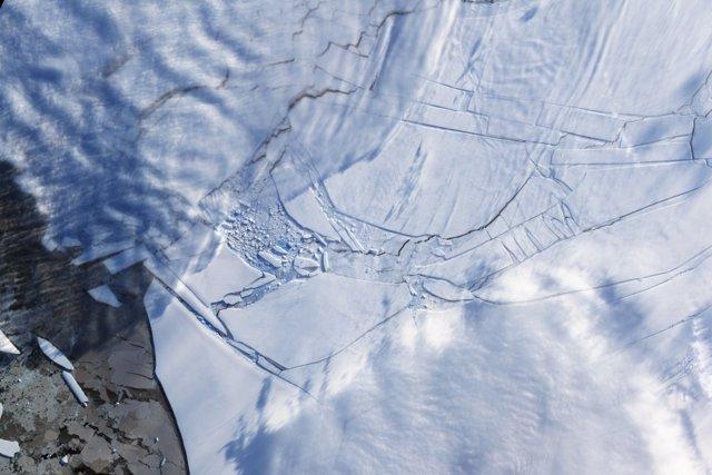 Si no se cumplen los objetivos del Acuerdo de París, el colapso de las plataformas de hielo antárticas que se derriten, como la plataforma de hielo de Wilkins en 2009, podría causar un aumento catastrófico del nivel del mar en la segunda mitad del siglo.