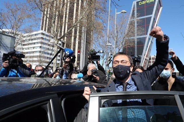 Archivo - El cofundador de Podemos Juan Carlos Monedero levanta el brazo a su salida de los Juzgados de Plaza de Castilla tras declarar como imputado por la presunta financiación irregular del partido 'morado' en el caso 'Neurona', en Madrid, (España), a