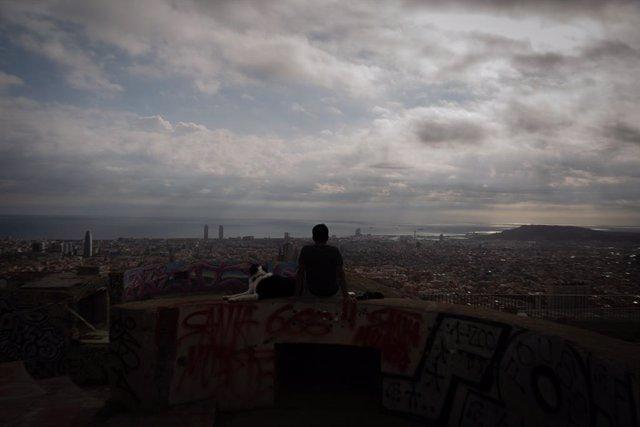 Archivo - Arxiu - Un jove al mirador del Turó de la Rovira, a Barcelona.