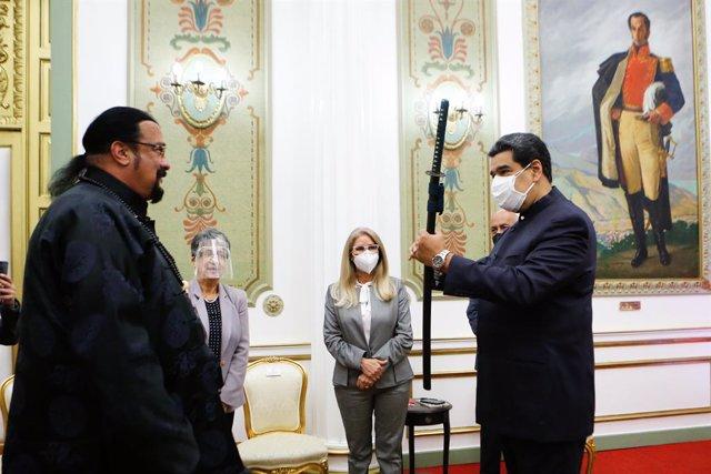 Steven Seagal entrega una espada samurai a Nicolas Maduro