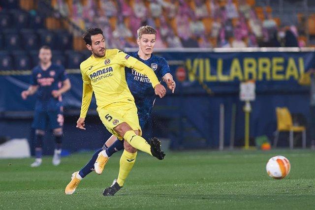 Daniel Parejo perseguido por Martin Odegaard en el Villarreal-Arsenal de la Liga Europa 2020-2021