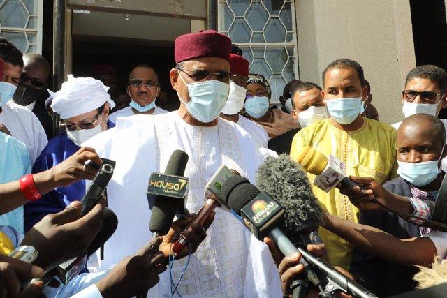 Archivo - Mohamed Bazoum durante las elecciones de febrero en Níger