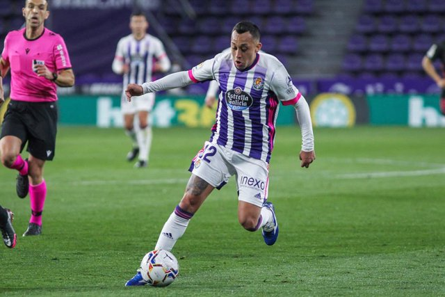 Archivo - Fabian Orellana of Real Valladolid controls the ball during La Liga football match played between Real Valladolid and Real Madrid at Jose Zorrilla stadium on February 20, 2021 in Valladolid, Spain.