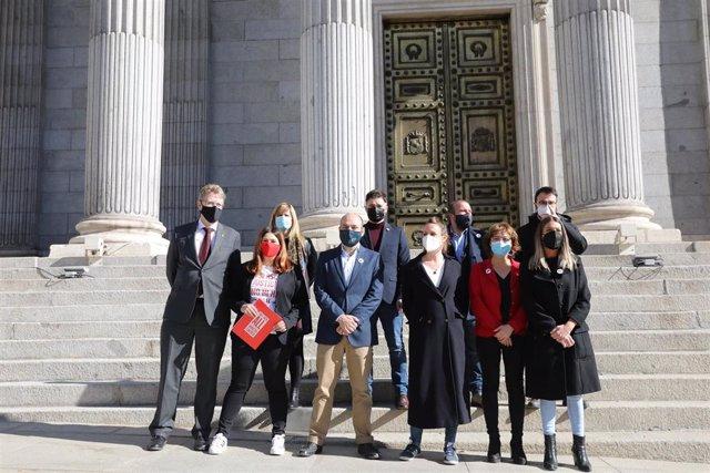 Archivo - Miembros de Esquerra Republicana, Junts, la CUP y el PDeCat posan en la escalinata del Congreso con motivo del registro de una proposición de ley de amnistía para todos los procesados y condenados por los hechos del proceso independentista.