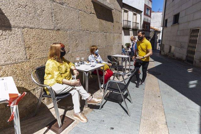 Dos mujeres en una terraza en el municipio de O Grove durante el primer fin de semana de apertura del cierre perimetral y la hostelería, a 2 de mayo de 2021, en Pontevedra, Galicia (España). O Grove abandonó el nivel máximo de restricciones el pasado vier